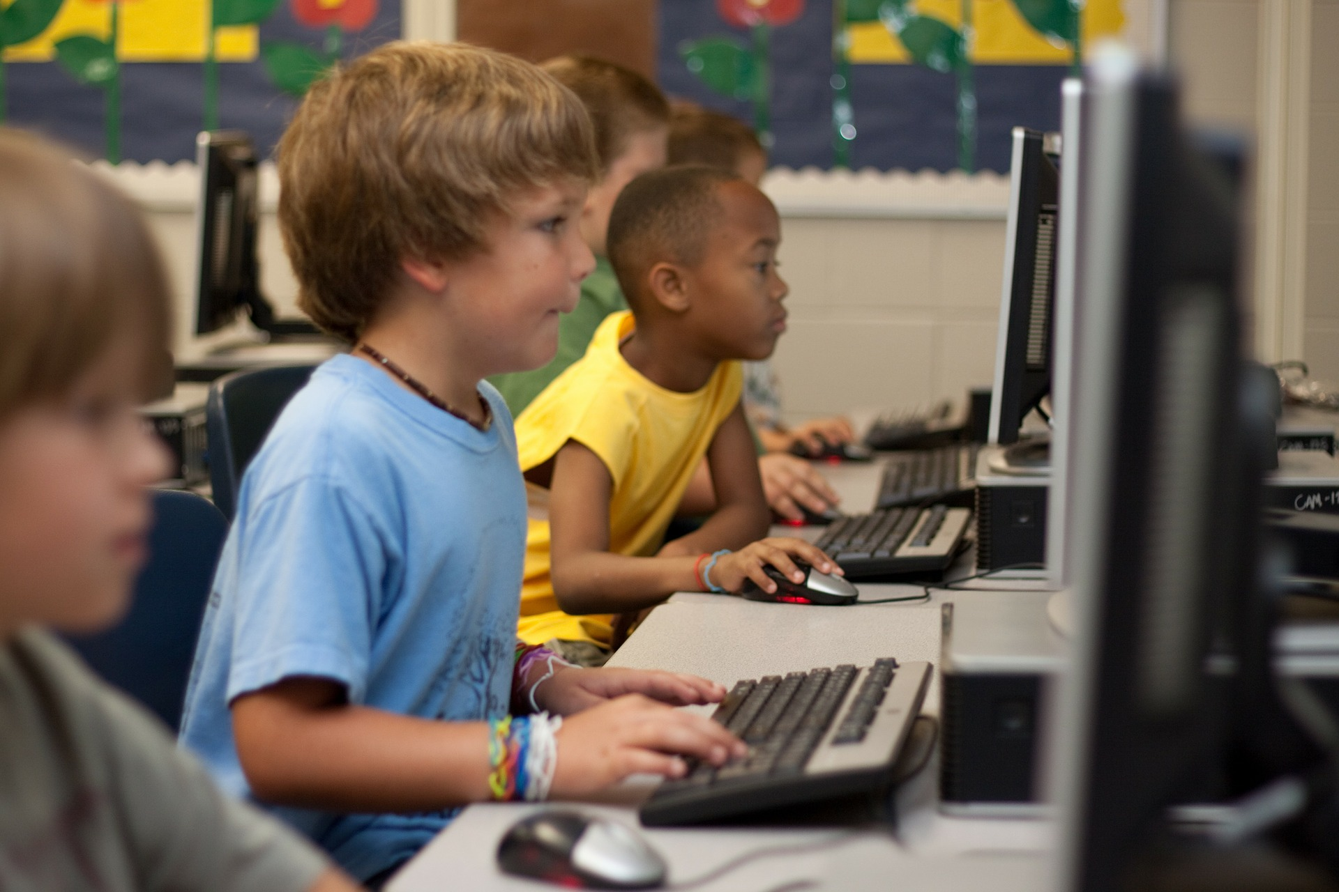 Barn i skolan arbetar vid datorer