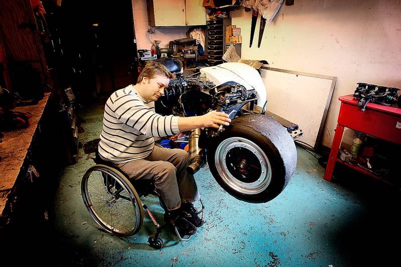 man i rullstol arbetar som mekaniker