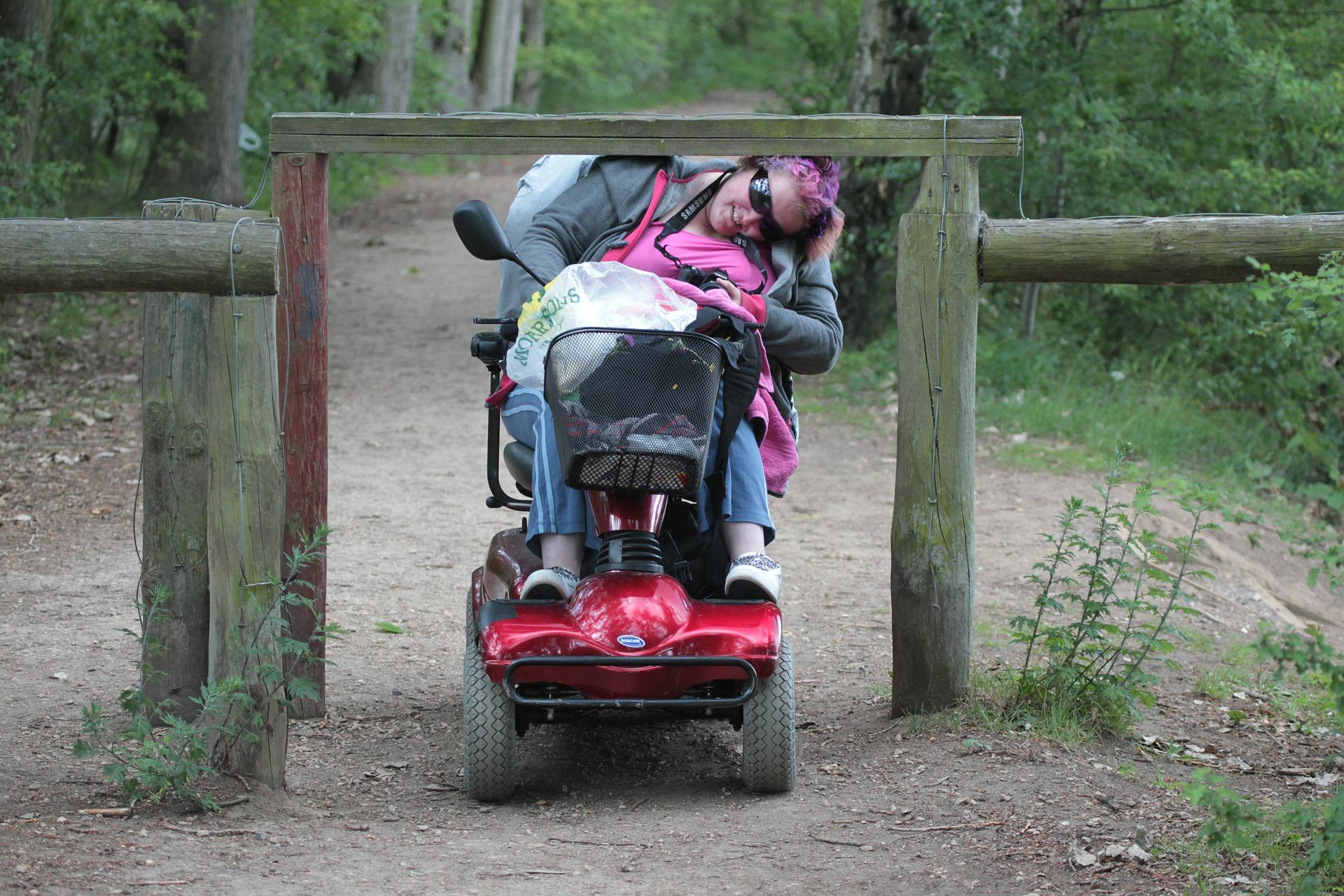 funktionshindrad i elrullstol tar sig genom hinder