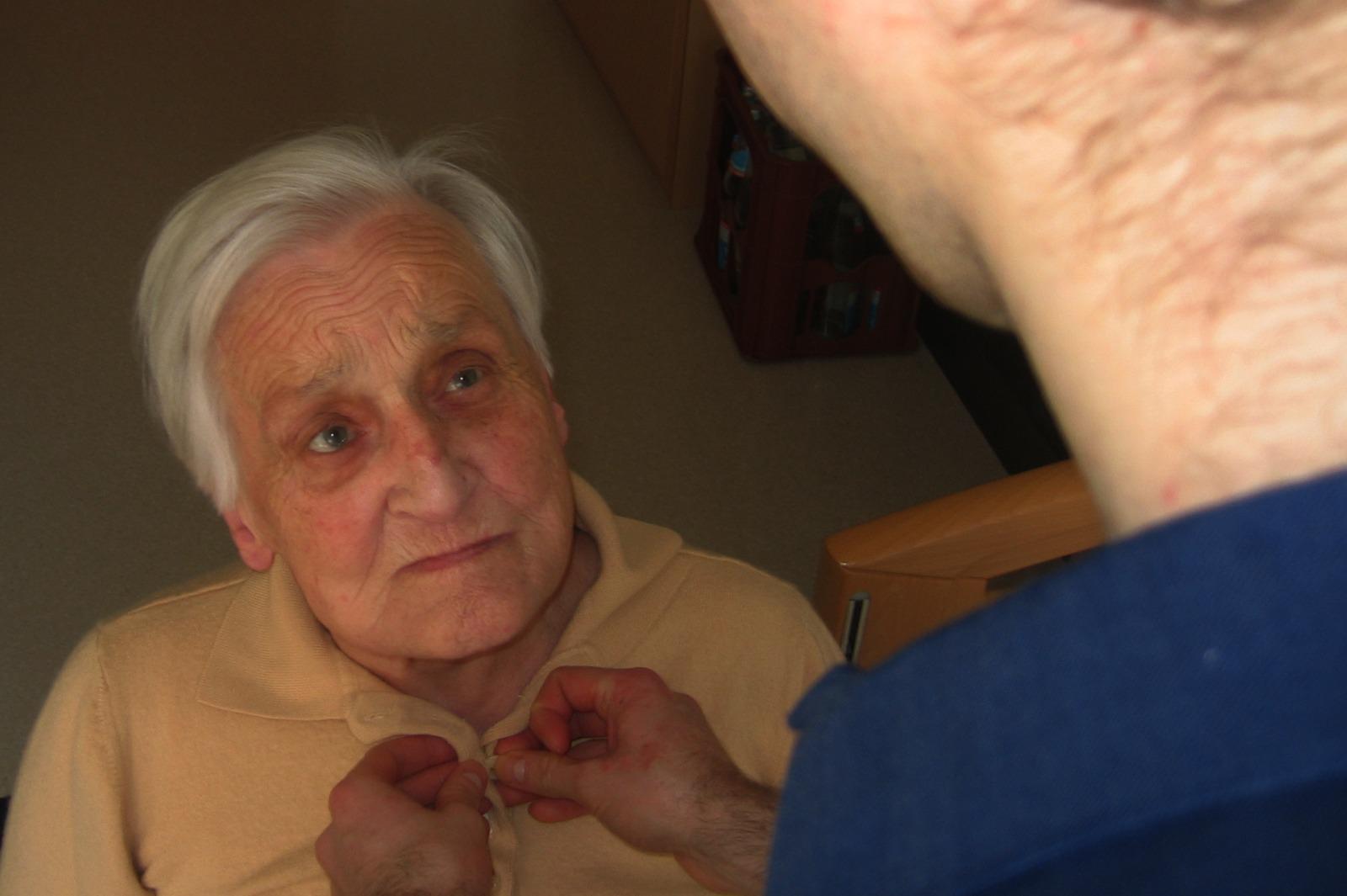 äldre kvinna får hjälp av hemtjänsten