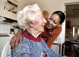 äldre kvinna talar med sin hemtjänst