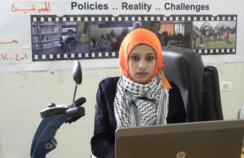 palestinsk kvinna i arbetsträning