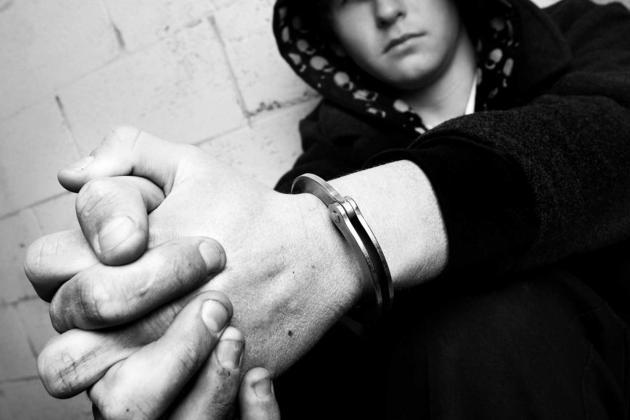 LVU -  kriminell tonåring med handfängsel