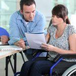 rullstolsburen kvinna arbetar på kontor