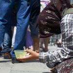 Tiggande kvinna på gata